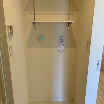 洗面台の向かいに洗濯機置き場。2段も収納棚があるので洗剤の置き場所はここかな。