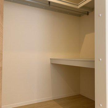 【洋室6.4帖】WICの中は広いですよ~。中段は押入れのような奥行きがありました。