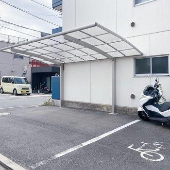自転車置き場は屋根付きですよ〜◯