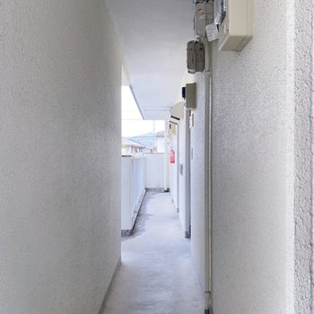 廊下はコンパクト。お引越しの際は組み立て式のインテリアがオススメです。