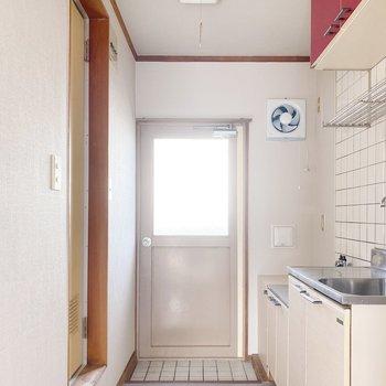 キッチン前の床も青!