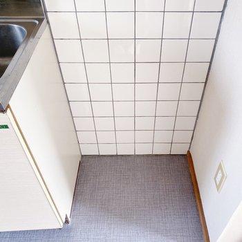 キッチン横には冷蔵庫を置けるスペース。少し狭めなので、サイズには注意が必要かな。