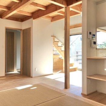 リビングは約13.5帖、4人用の家具を置いても余裕かな。