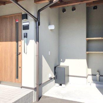 玄関には専用の宅配BOXと手洗い場。