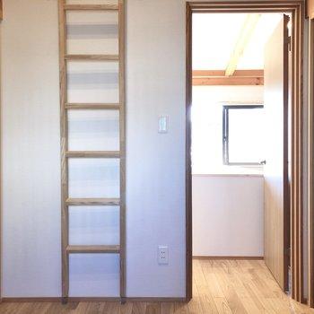 梯子は壁に掛けておけば、邪魔になりません。