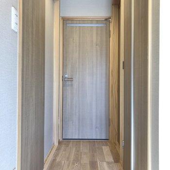 ではサニタリーへ。玄関から見て、目の前がトイレ、右手に脱衣所、左手がリビングです。