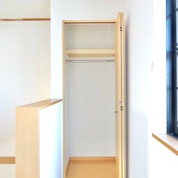 階段側にはコンパクトなクローゼット。