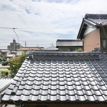正面は隣家の屋根ですが空があるので閉塞感は感じませんでした。