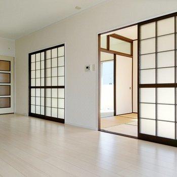 リビング横に2部屋繋がっています。手間のお部屋から。