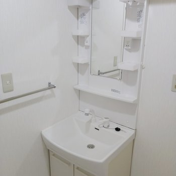 洗面台も綺麗。収納スペースもあります。