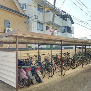 駐輪場は屋根付き!
