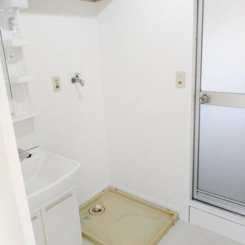 洗濯機置場は大きめ。上部棚もあります。