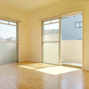 洋室も2面窓。どちらもバルコニーに繋がっています。