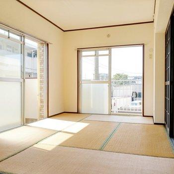 2面窓から光がたっぷり入る和室。どちらもバルコニーに繋がっています。