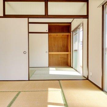 隣も和室。天井はガラスで閉めても圧迫感がありません。押入れは収納力◎