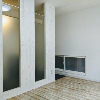 洋室との間の壁は一部曇りガラス。洋室側にも光が届きます。