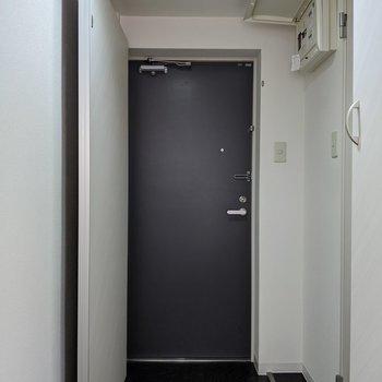 玄関スペースはブラックでオトナな雰囲気。