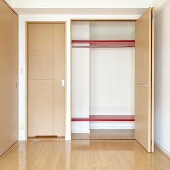 左の扉からは脱衣所へ。収納にはハンガーポール付いてます。(※写真は8階の同間取り別部屋のものです)