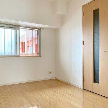 この窓の外は共用廊下。(※写真は8階の同間取り別部屋のものです)
