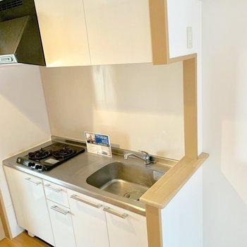 冷蔵庫はキッチン右に。(※写真は8階の同間取り別部屋のものです)
