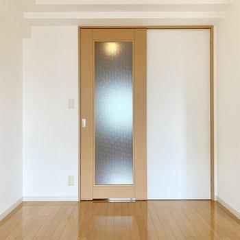 この扉の先にキッチン。(※写真は8階の同間取り別部屋のものです)