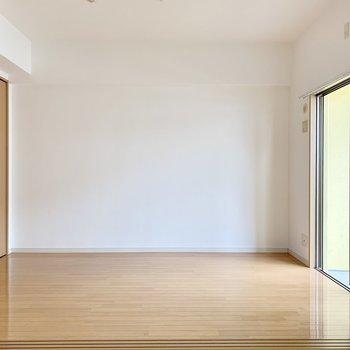 洋室はどちらも壁寄せで家具を置きやすい。(※写真は8階の同間取り別部屋のものです)