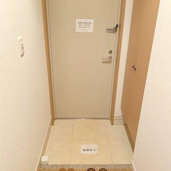 傘立ては玄関扉に磁石でくっつけるタイプのものがおすすめ。(※写真は8階の同間取り別部屋のものです)