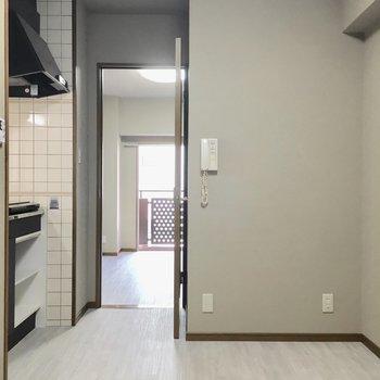 キッチン家電は壁沿いかな。(※写真は3階の同間取り別部屋のものです)