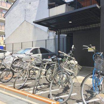 共用部】奥にはバイク置き場も。