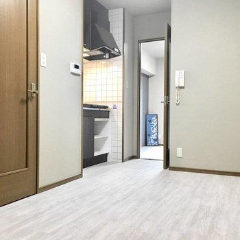 左手のドアはトイレ。(※写真は3階の同間取り別部屋のものです)