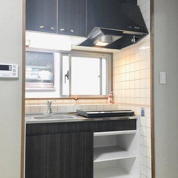 キッチンは窓付きで換気もしっかり◎(※写真は3階の同間取り別部屋のものです)