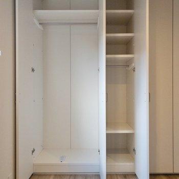 【キッチン側洋室】クローゼットは2つの洋室で半分この造り。