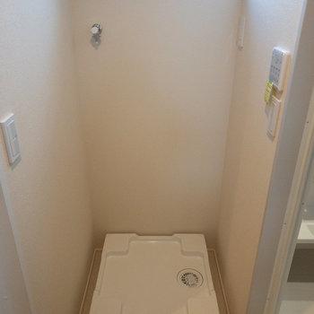 洗面台の正面に洗濯機置き場があります。