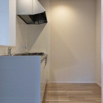 【LDK】右側に冷蔵庫やラックを置けるスペースがありますよ。