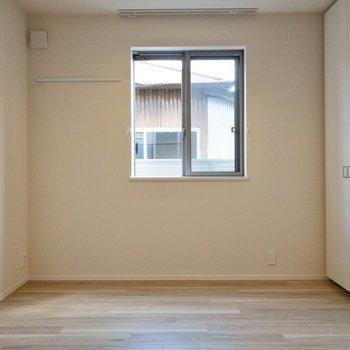 【キッチン側洋室】両側に収納があります。