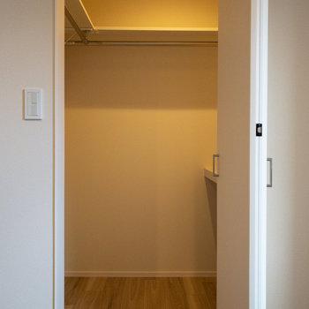 【キッチン側洋室】こちらはウォークインクローゼットです。