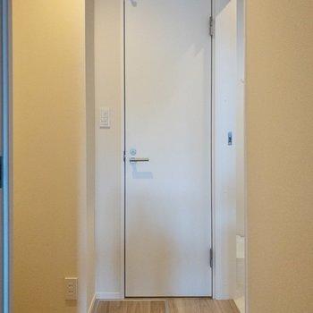 右はサニタリー、奥はトイレ、左が玄関へ続きます。