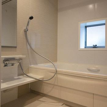足をぐーんと伸ばせる大きな浴槽ですよ。