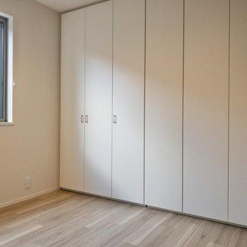 【キッチン側洋室】扉を閉めても光が入り、明るいですよ。