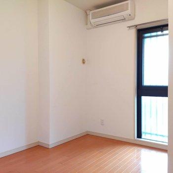 【洋室5.8帖】共用廊下に面したお部屋です。