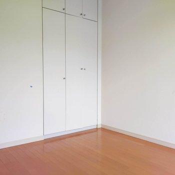 【洋室6帖】LDKから続くお部屋はフリースペースとしてリラックスできる場所にしても良さそうです。
