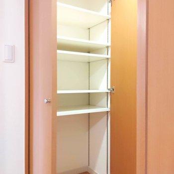 廊下にも収納がありますよ。