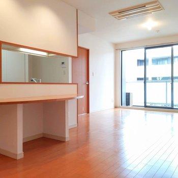 【LDK】キッチンの奥にもスペースがあるのでダイニングと分けても良さそうですね。
