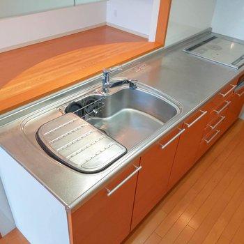 3口IHコンロに調理スペースも確保されていて料理が不自由なくできそうです。