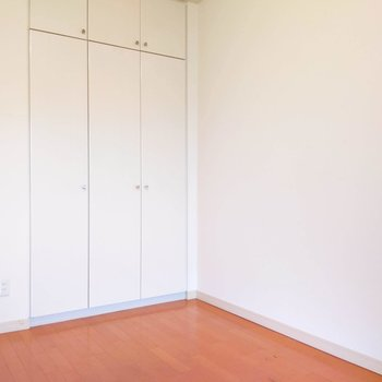 【洋室5.8帖】学習机やシングルベッドを置いてもゆとりのあるスペースです。