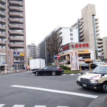 駅周辺にはスーパーやドラッグストアがずらり。
