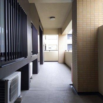 引っ越しも困らなそうな共用廊下。