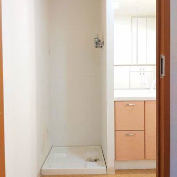 サニタリーのご紹介です。入ってすぐ洗濯機置き場があります。