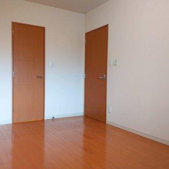 【洋室6.5帖】デスクや化粧台、ダブルベッドも配置できますよ。