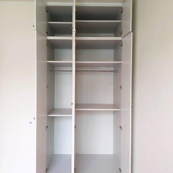 【洋室6帖】天井まで続く収納を活用して、お部屋をきれいに保ちましょう。